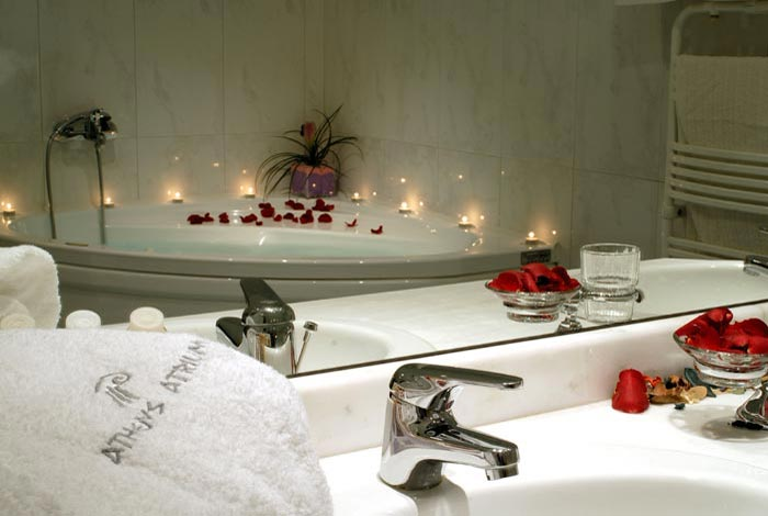 Picture of the confortable Bathroom of the Junior Suite. CLICK TO ENLARGE